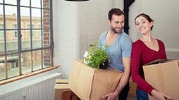 pareja con cajas de cartón