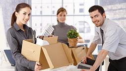 cajas de cartón en la mudanza de una oficina