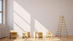 cajas de cartón en el suelo de una casa
